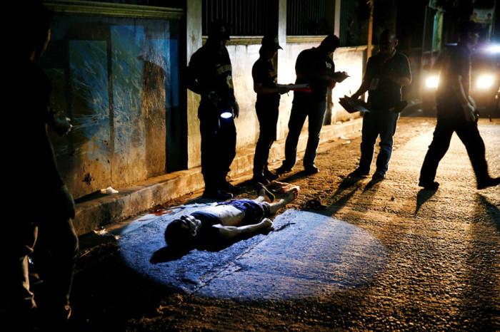 На ночной филиппинской улице ведется судебное расследование.