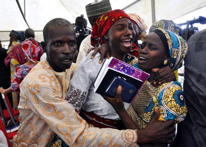 Радостная встреча родителей и девушки, которая была похищена, но возвращена семье.