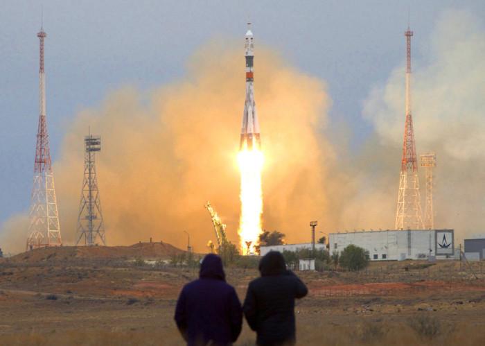 Российская ракета несет астронавтов США Шейн Кимброу и российских космонавтов Сергея Рыжикова и Андрея Борисенко.