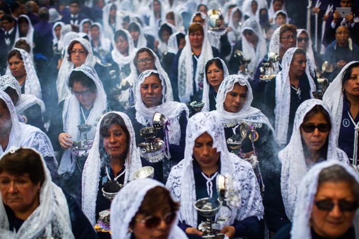 Многотысячное шествие женщин и мужчин в Перу на празднике почитание чудес Господа.
