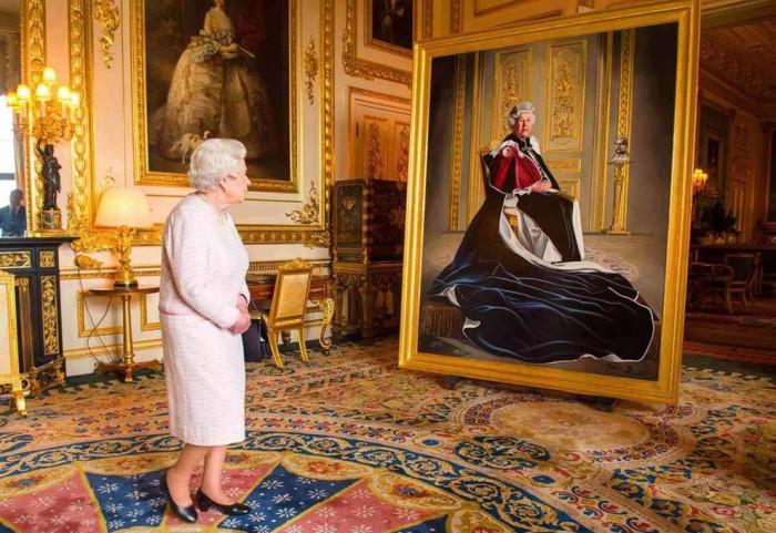 Королева рассматривает свой портрет, нарисованный британским художником Генри Уордом.