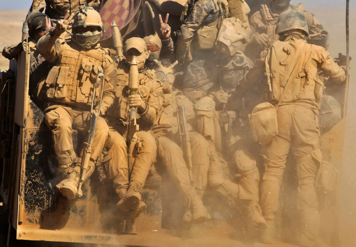 Эвакуация военных сил с горящей точки.