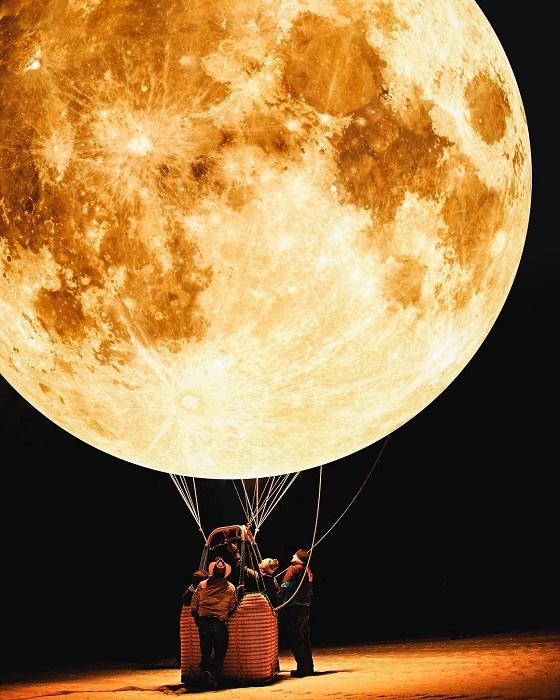 Подготовка необычного воздушного шара к полету.