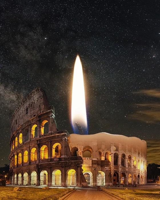 Огонек свечи в древних руинах Колизея.