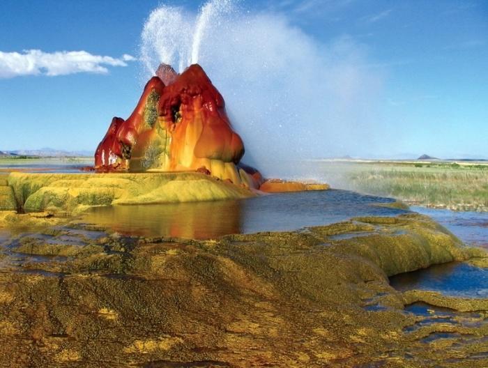 Необычный цвет гейзер получил благодаря водорослям и бактериям, обитающим в воде.