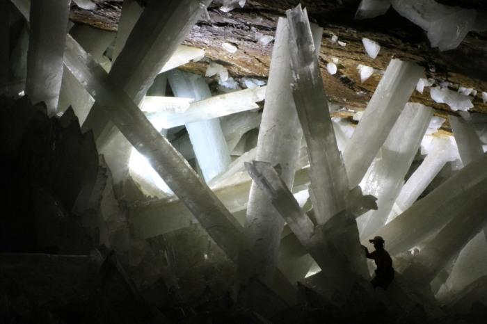 Огромные прозрачные кристаллы селенита сформировались под землей на глубине более 300 метров.
