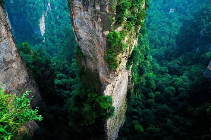 Огромные каменные скалы высотой до 800 метров как бы связывают землю и небо.