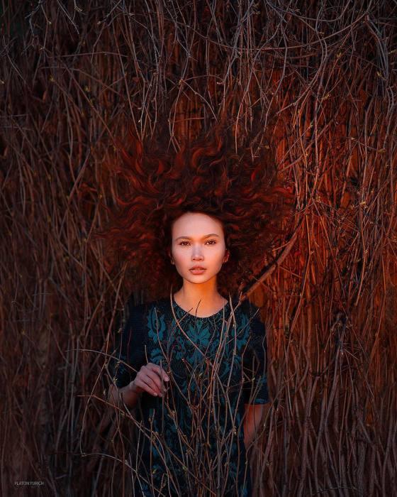 Эффектное сочетание рыжих волос и света заходящего солнца.