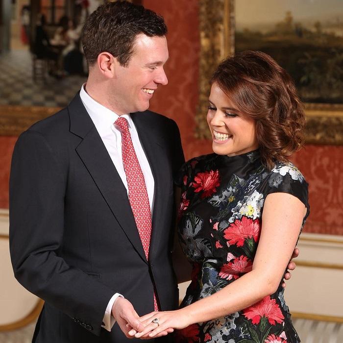 Внучка Елизаветы II вместе со своим женихом Джеком Бруксбэнком (Jack Brooksbank) тоже оказались в списке гостей, приглашенных на свадьбу.