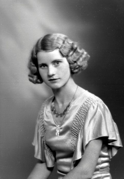 В 193-х годах особое внимание уделяли плечам и в моду вошли платья с рукавами-крылышками.