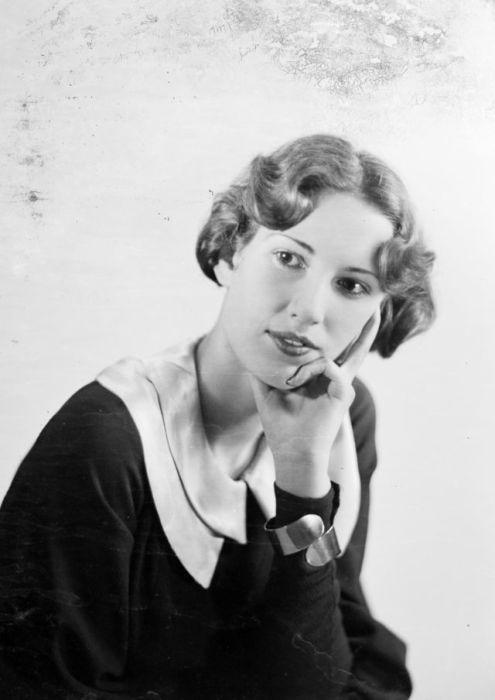 В 1930-х годах в моду возвращаются более скромные приталенные платья.