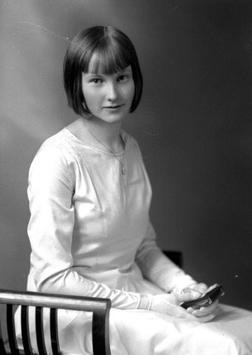 Студийный портрет девушки с необычной для 1930-х годов прической.