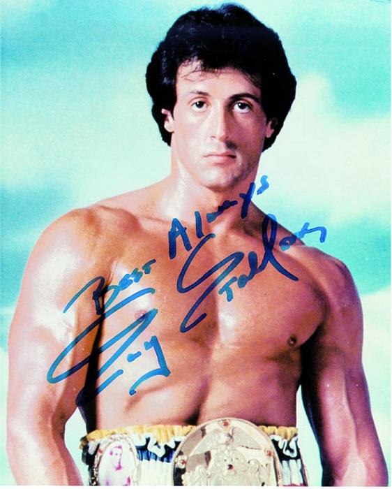За свою долгую карьеру знаменитому американскому актеру, сценаристу и продюсеру приходилось оставлять автографы даже на спинах поклонников.