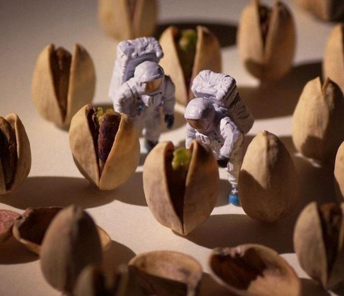 Космонавты приступили к исследованиям на неизвестной планете.