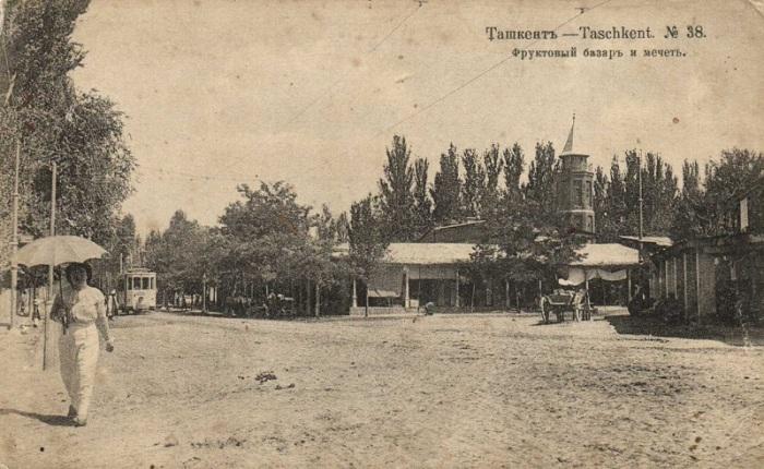 На заднем плане видна главная татарская мечеть Ташкента того времени.