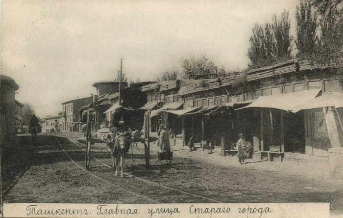 Торговые ряды вдоль трамвайных путей.