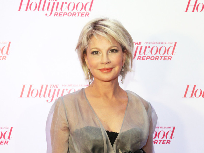 Российская актриса и телеведущая выглядит очень молодо, правда не смогла обойтись без пластической хирургии.