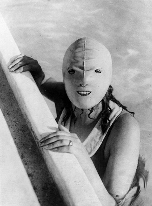 Маска для плавания изобретённая в 1920 году.