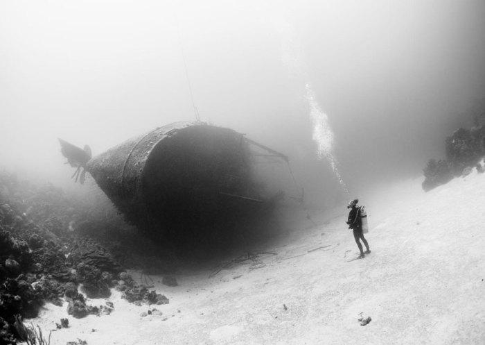 Дайвер и затонувший сухогруз у карибского острова Бонайре. Фотограф Marc Henauer.