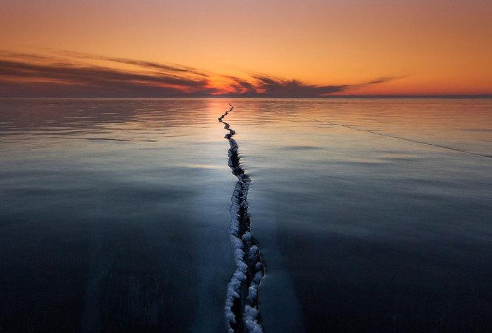 На Байкале во льду встречаются коварные становые трещины. Фотограф Alexey Trofimov.