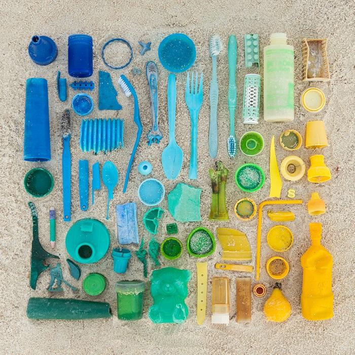 Цветовая композиция из старых разбитых и ненужных вещей.
