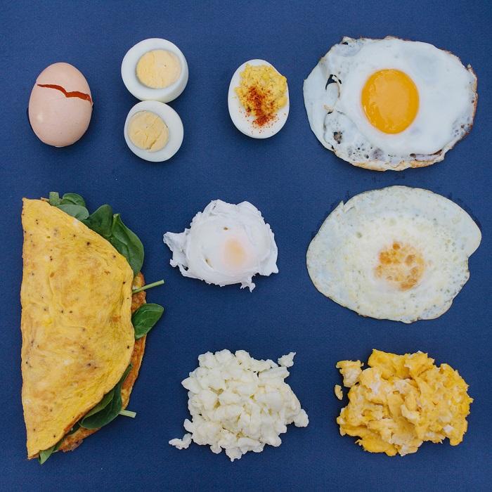 Можно по-разному приготовить куриные яйца: пашот, яйцо в крутую, яйцо всмятку, яичница глазунья, омлет с начинкой...