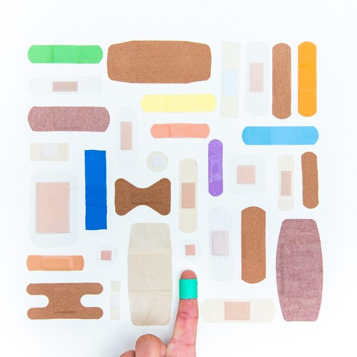 Даже царапину и натоптыши можно скрыть незаметны пластырем или, наоборот, привлечь внимание, выбрав более яркий.
