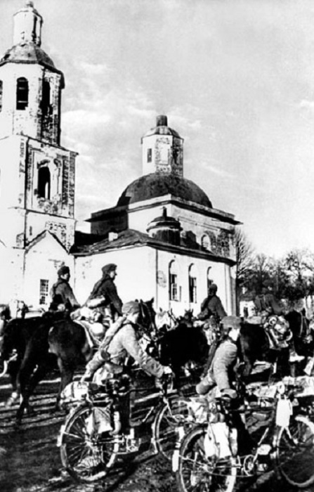 Фашистские войска вступают в Вязьму, 7 октября 1941 года.