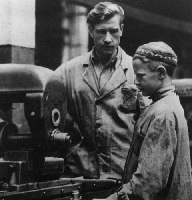 На заводе Орджоникидзе дети заменяют взрослых у станков, Москва, 1942-й год.