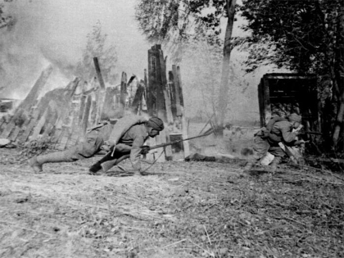 Солдаты укрываются от пуль в первом бою на границе.