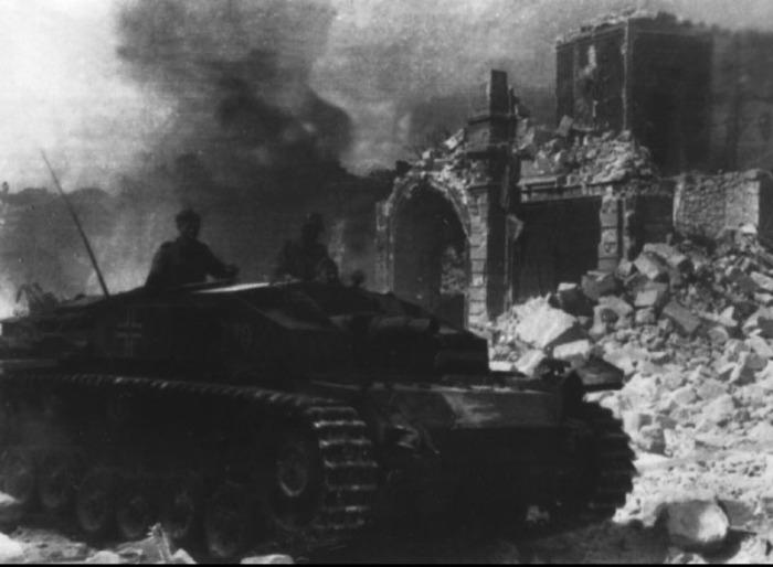 Немецкое штурмовое орудие ведет огонь на улицах Севастополя.