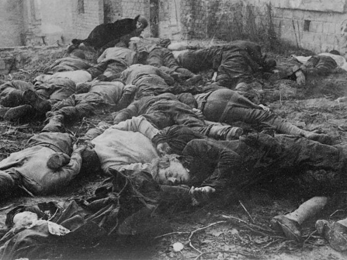 Тела расстрелянных киевлян.