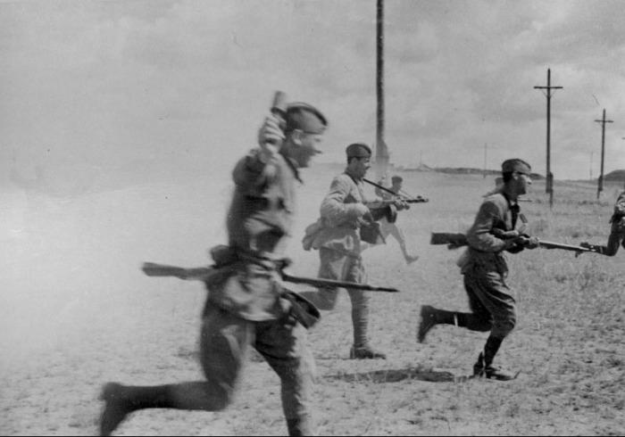 Цепь атакующих солдат, июль 1942 года.