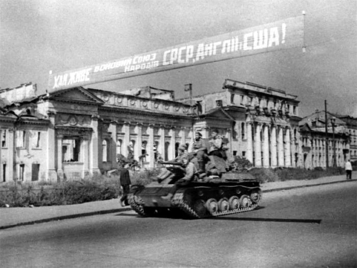 После поражения в Курской битве, немцы укрепились в Харькове и не отдавали его довольно долго, август 43-го года.