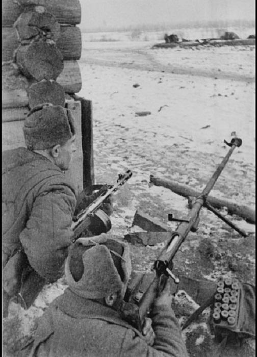 Стрелок Тульского рабочего батальона с бронебойным орудием.