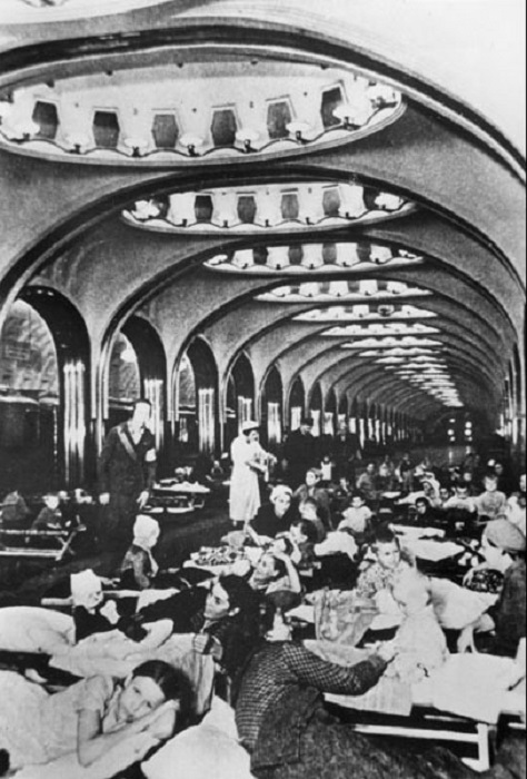 Москвичи на станции метро Маяковская, 1941 год.