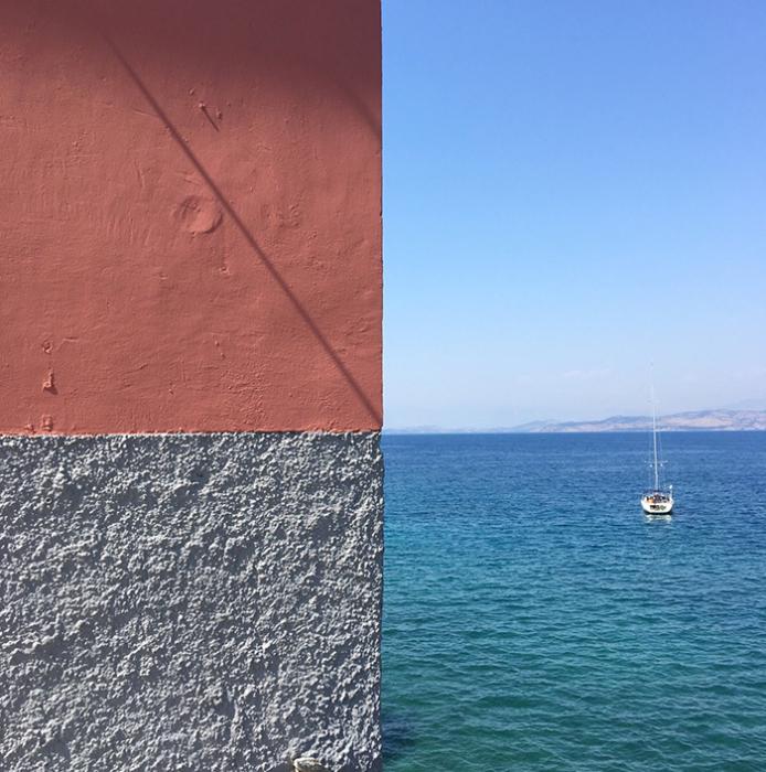 С первого взгляда не сразу можно понять, что на фотографии снята стена здания, море и небо.