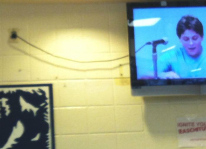 Телевизионный кабель питания превосходно дополняет микрофонный шнур на экране.