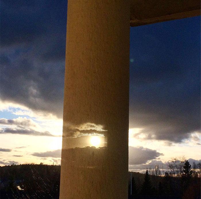 Изображение, отраженное от двойного оконного стекла, позволяет увидеть скрытое колонной солнце.