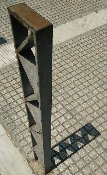 Тень от ограничителя совпадает со швами тротуарной плитки.