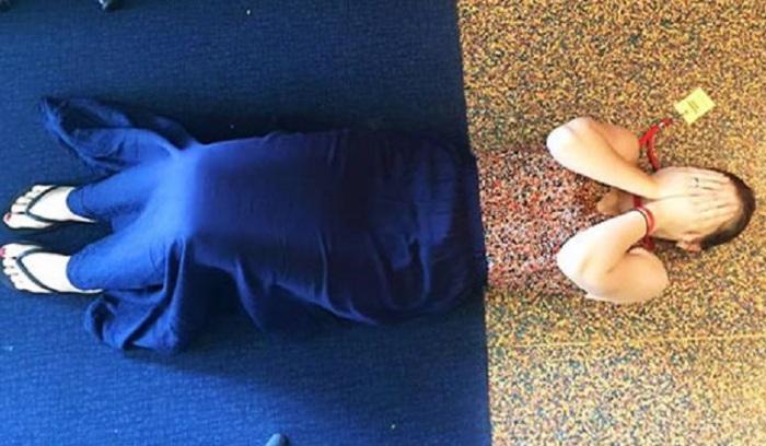 Девушка оказалась там, где ее наряд полностью соответствует обстановке.