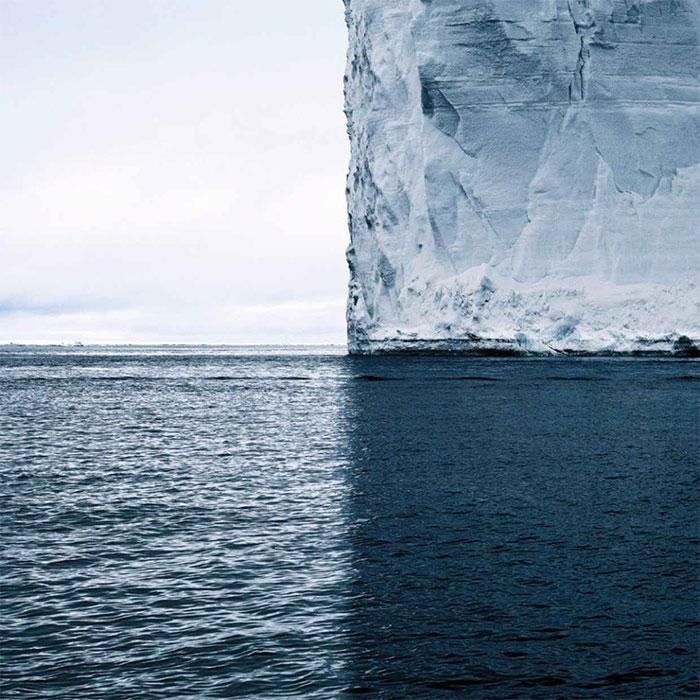 Всего лишь тень от айсберга на темно-синих волнах океана.