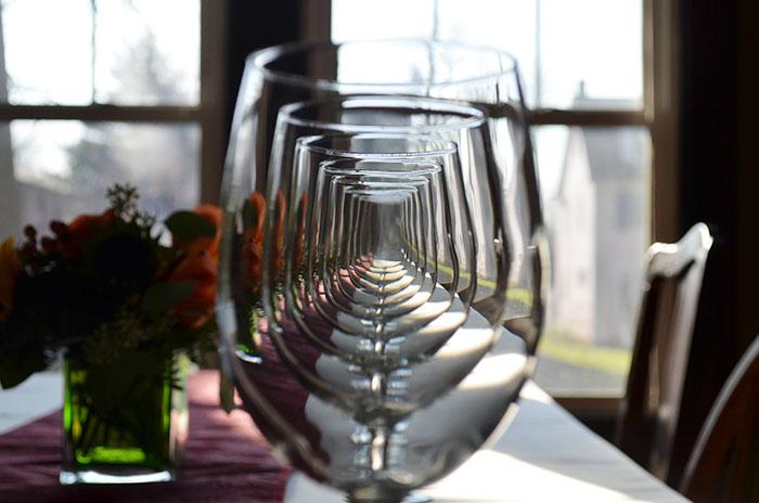 Удивительный эффект - стеклянный коридор из бокалов.