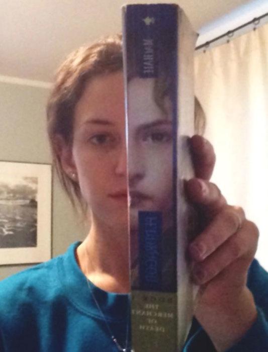 Удивительное совпадение рисунка на корешке книги – фрагмента мужского портера – с лицом девушки.