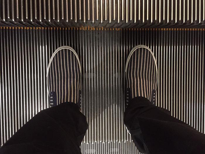 Полосатые кроссовки и движущийся эскалатор - головокружительное сочетание.