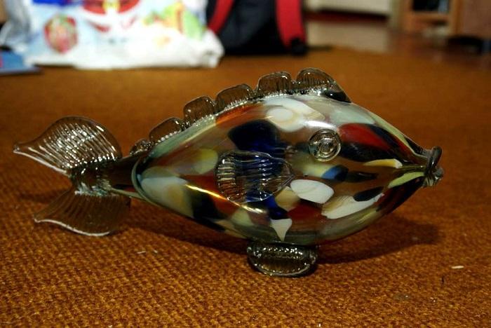 Сувенир, украшающий полку в мебельной стенке.