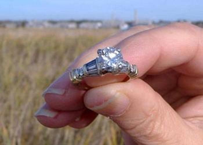 Хорошо подумайте, возможно, кольцо перед походом на пляж лучше снять.
