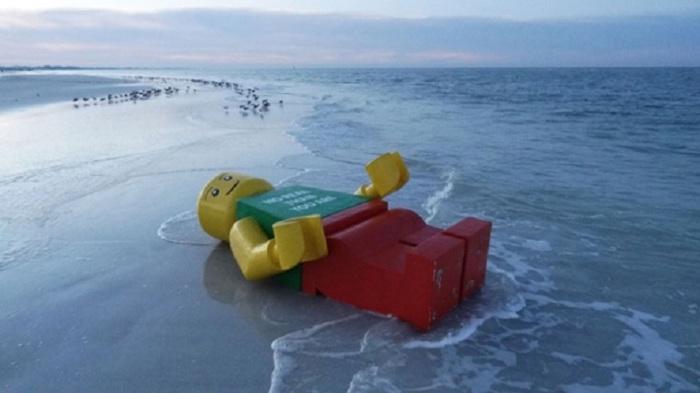 Крайне странная находка, но 45,5 кг Lego выбросило на четырех отдельных пляжах по всему миру.