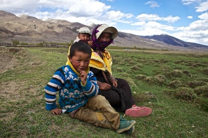 Для тибетских семей отдых на обочине – вполне обычное явление, воспринимающееся как возможность сделать перерыв во время работы в поле.