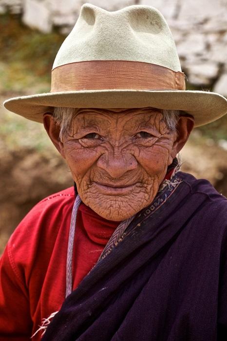 Женщина, выполняющая кору – особый тип медитации в тибетской буддийской традиции, которая включает в себя обход храмов - в монастыре Ганден Тубчен Чоххорлинг в Литанге.